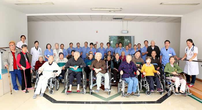 《成都日报第16版:金色岁月》介绍我院老病区
